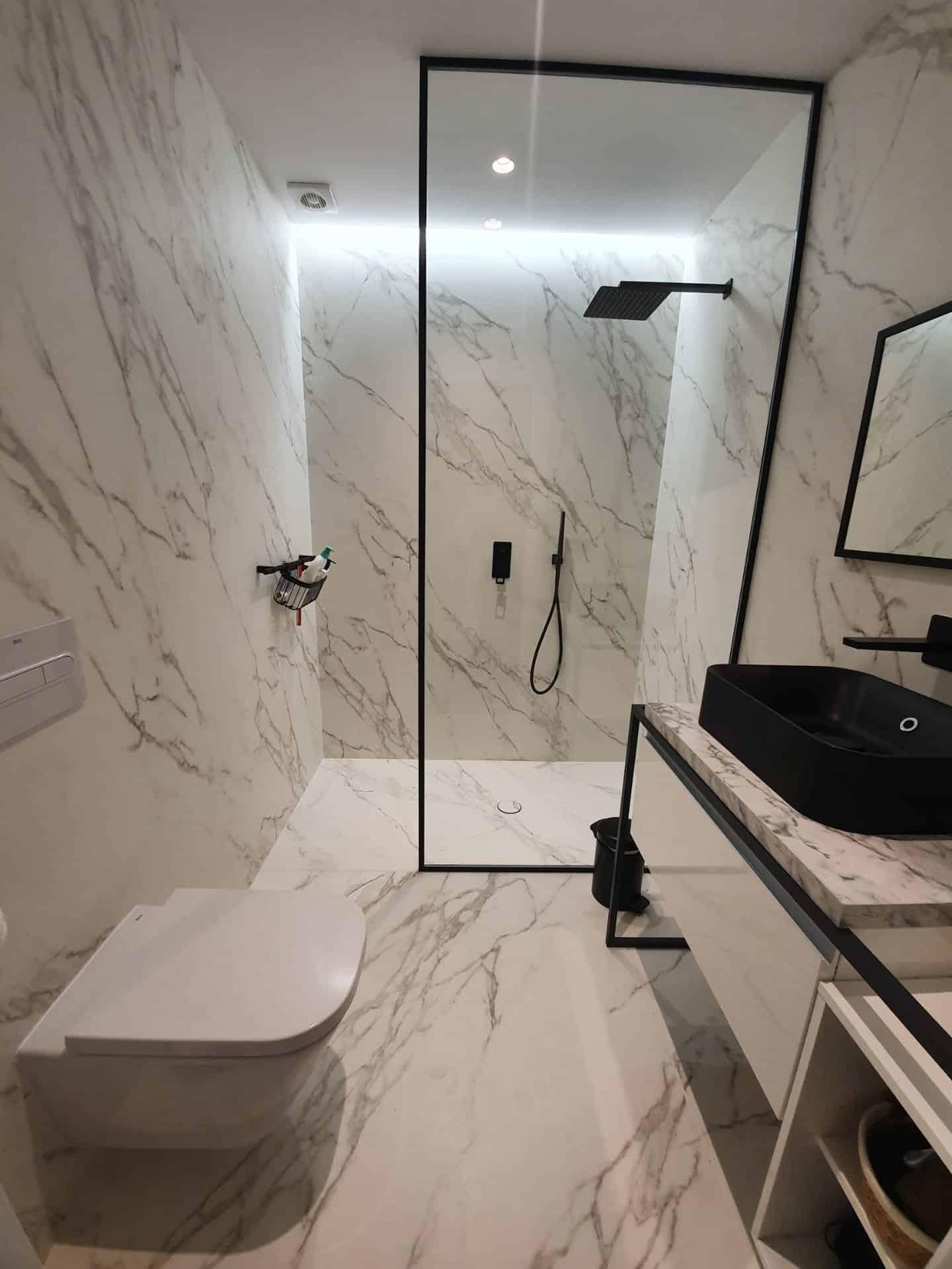 Baño todo cerámico imitación mármol reforma piso Marbella, decoración ibizenca
